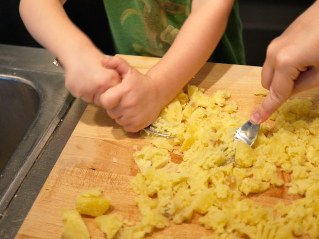 Making Gnocchi with Kids3.forkmash
